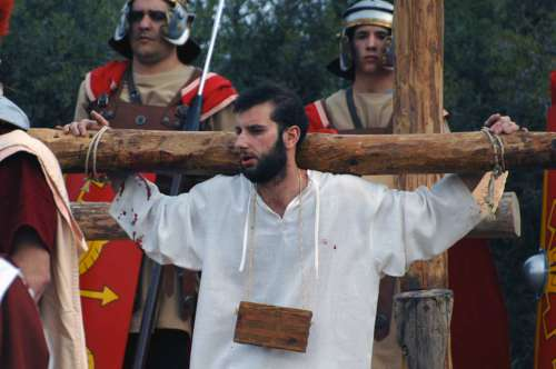 20152403-llegada-golgota-lectura-condena-drama-de-la-cruz-monte-calvario-alcorisa-03